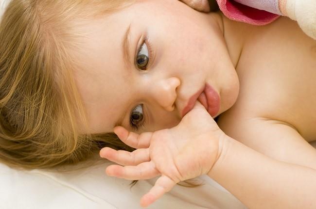 5 Trik Cerdas Menghentikan Kebiasaan Menghisap Jempol