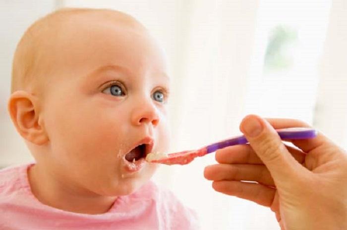 Cara Tepat Memperkenalkan Makanan Padat pada Bayi