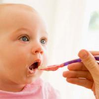 3 Cara Tepat Memperkenalkan Makanan Padat Pada Bayi