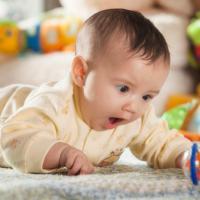 Trik Memberikan Mainan untuk Bayi 2 Bulan