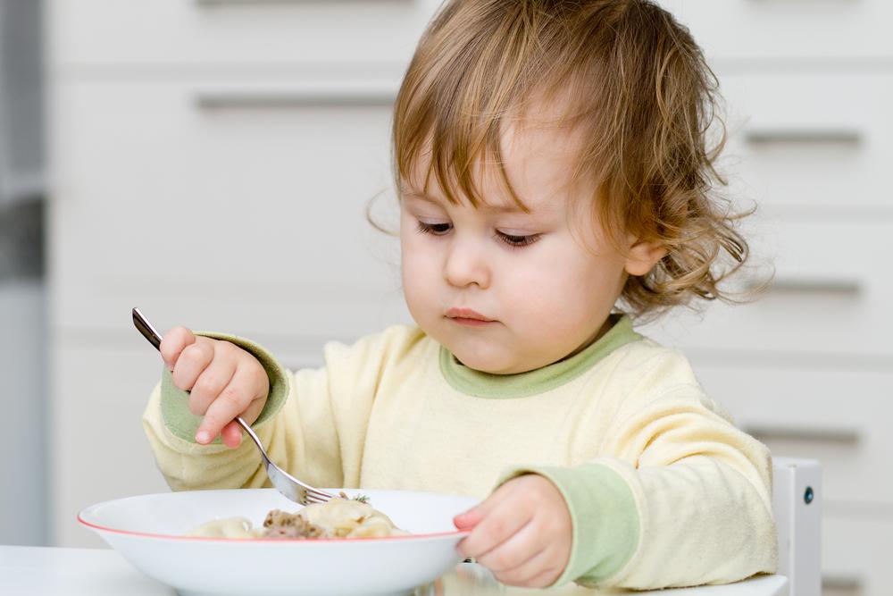 Mengajarkan Anak Makan Sendiri dengan Sendok Dan Garpu
