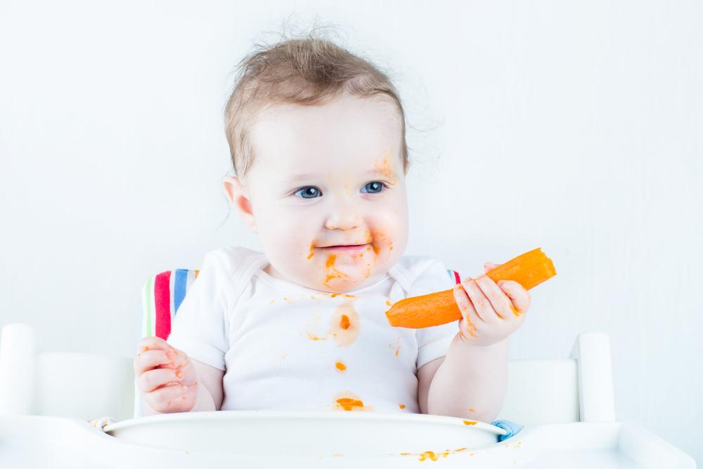3 Cara Tepat Melatih Balita Makan Sendiri