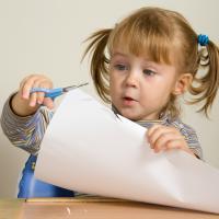 3 Cara Mengajarkan Anak Menggunting