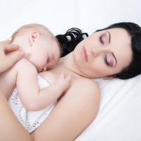 4 Tips Menyiasati Bayi yang Tak Suka Dibedong