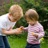5 Tips Ajari Anak Pentingnya Berbuat Kebaikan