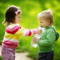 3 Cara Ajarkan Arti Berbagi pada Anak