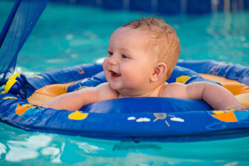 4 Tips Mengajari Bayi Berenang