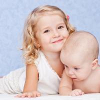 Anak 3 Tahun Boleh Menggendong Bayi?