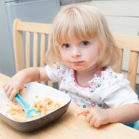 Tips Agar Anak Betah Duduk di Meja Makan saat Sedang Makan
