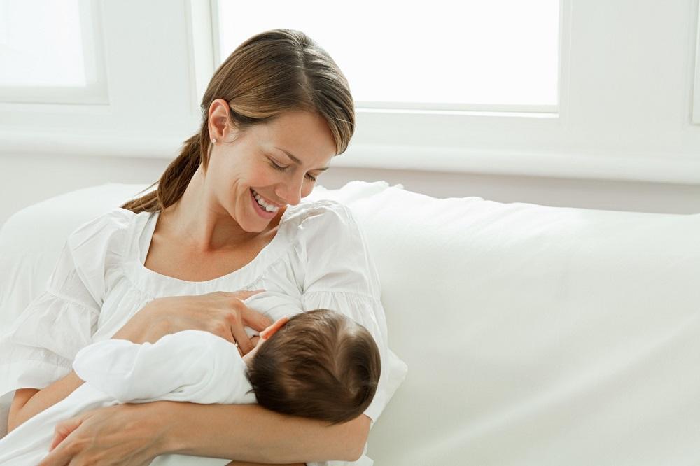 Dads Juga Perlu Tahu Cara Menstimulasi Keluarnya ASI Moms