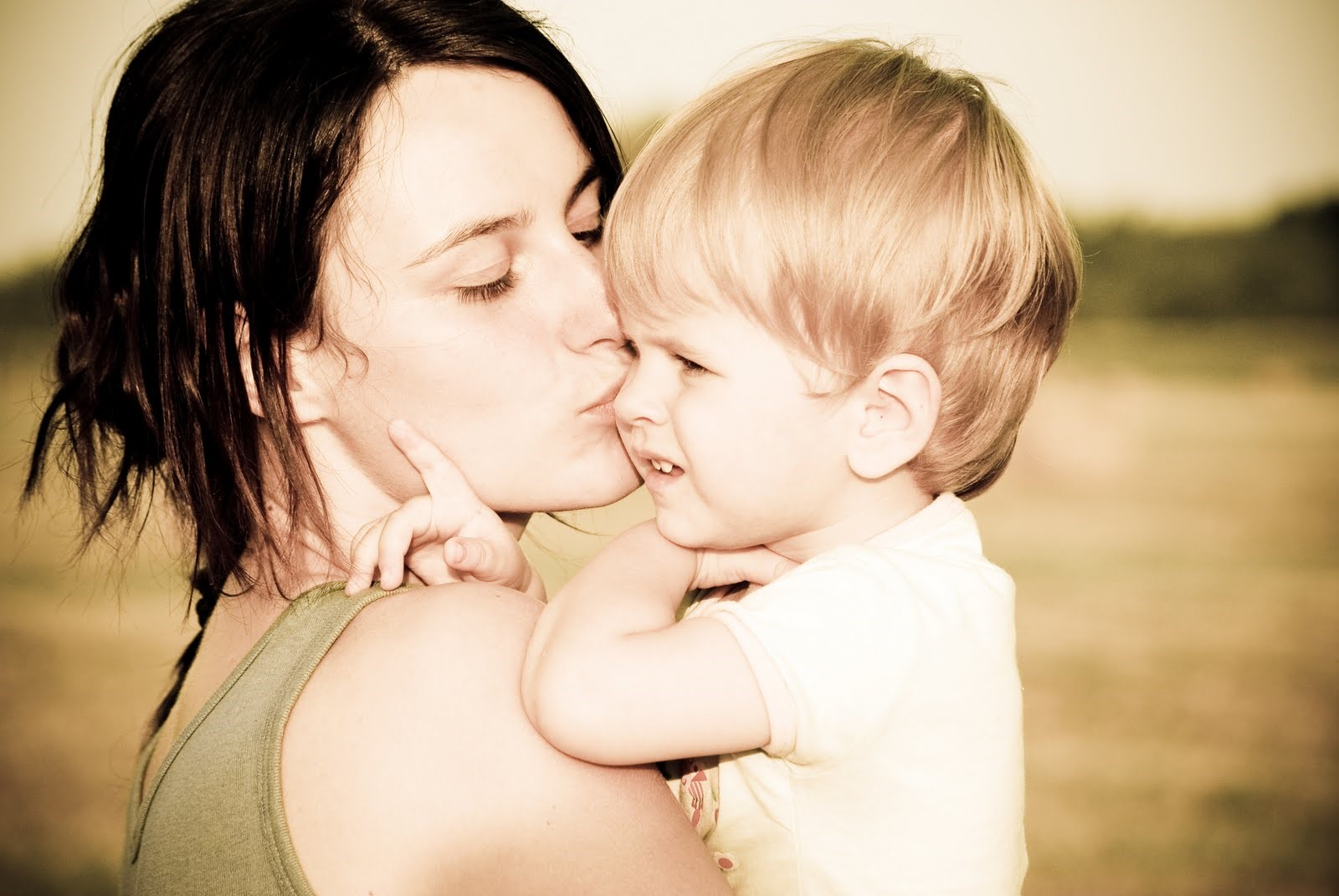 Apakah Boleh Anak Di Cium Bibirnya?