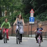 Tips Aman Mengajarkan Si Kecil Naik Sepeda Roda Dua