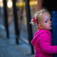 Bagaimana Atasi Si Kecil yang Selalu Takut dengan Orang Sekitar