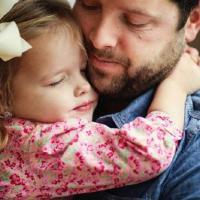 Dads, Pelukan Seorang Ayah Ternyata Bisa Membuat Anak Menjadi Lebih Kuat!