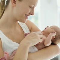 Terlalu Sering Digendong Membuat Bayi Manja? Mitos atau Fakta?
