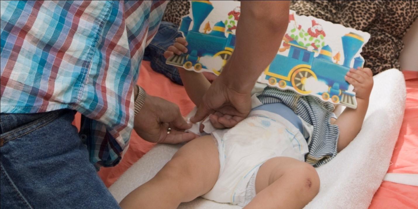 Begini Lho Dads Cara Mengganti Diapers Si Kecil yang Masih Bayi