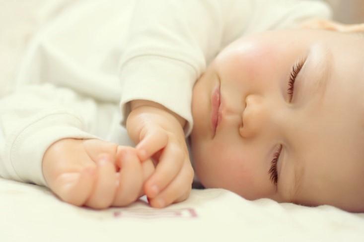 Bolehkah Si Kecil yang Baru Lahir Tidur di Kamar Berpendingin Ruangan?