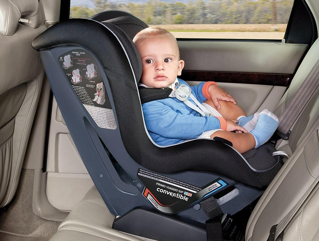 Si Kecil Rewel Saat Didudukkan di Car Seat? Ini Triknya Moms