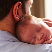 Hal-Hal Penting Inilah yang Sebaiknya Dads Lakukan Setelah Si Kecil Lahir