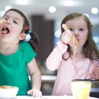 Haruskah Khawatir Si Kecil Hobi Makan Mie Instan Moms?