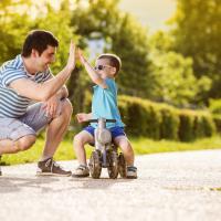 Jangan Lupa Terlibat dalam Mempersiapkan Si Kecil Menghadapi Dunia Luar ya Dads!