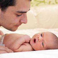 Jangan Ragu, Dads Juga Bisa Kok Memandikan Si Kecil yang Baru Lahir