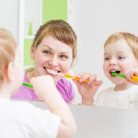 Pakai Cara Ini Supaya Kegiatan Menyikat Gigi Si Kecil Jadi Lebih Menyenangkan