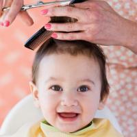Rambut Si Kecil Perlu Dicukur Agar Tumbuh Lebat, Benarkah?