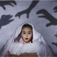 Si Kecil Takut Lampu Kamar Dimatikan Saat Tidur? Lakukan Ini Ya Moms
