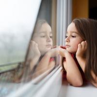 Si Kecil Tampak Terlalu Pendiam, Haruskan Moms Khawatir?