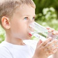 Tidak Cuma Orang Dewasa, Si Kecil Juga Jangan Kekurangan Minum Air Putih