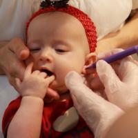 Tindik Telinga Pada Si Kecil yang Masih Bayi, Amankah?