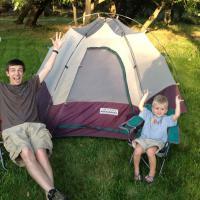 Walau Cuma di Halaman Rumah, Berkemah Ampuh Tingkatkan Hubungan Dads dengan Si Kecil