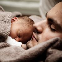 Tak Cuma Moms, Dads Juga Bisa Terkena Baby Blues