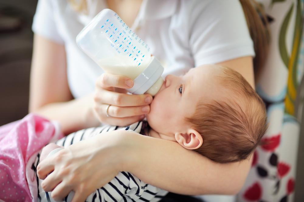 Mau Memberi Si Kecil Susu Formula? Ikuti Aturan Ini Ya Moms!