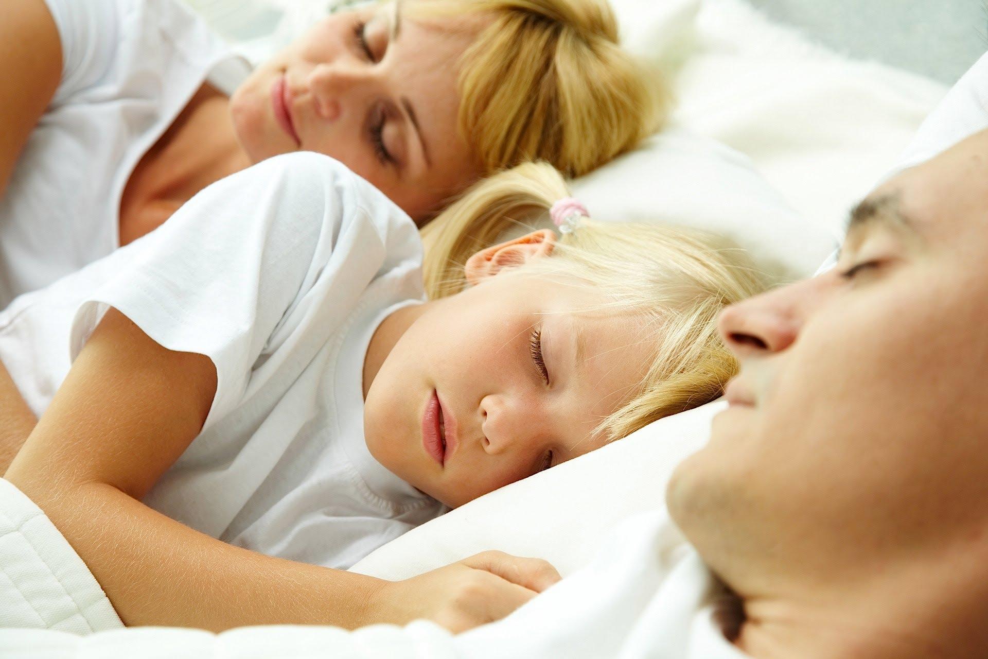 Ketahui Efek Buruk Si Kecil Masih Tidur dengan Orangtuanya Ini Yuk Moms!