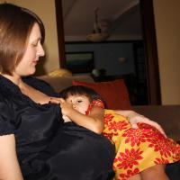Harus Menyusui Saat Hamil? Pakai Tips Ini Moms