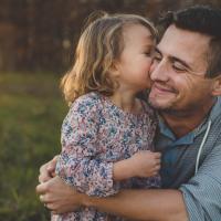 Lebih Pilih Nabung untuk Masa Depan Si Kecil atau Merokok Dads?