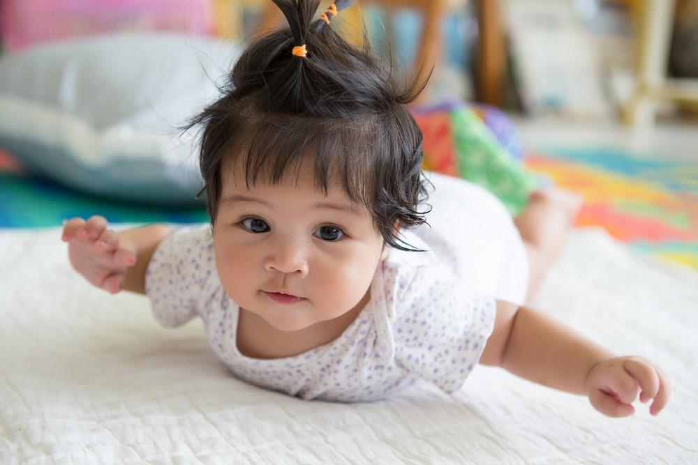 Bantu Si Kecil Tengkurap dengan Cara Ini Moms!