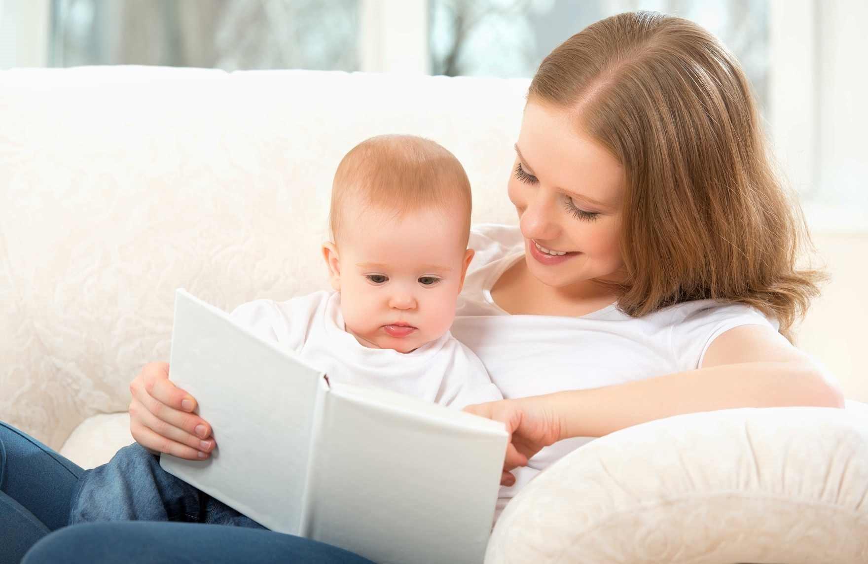 Rawat Si Kecil yang Lahir Prematur dengan Membacakan Buku