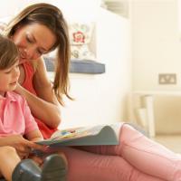 Cara Bercerita pada Si Kecil Sesuai Tahap Tumbuh Kembangnya