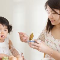 Tips Menyuapi Si Kecil yang Rewel Saat Tumbuh Gigi