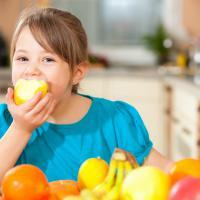 Anak Suka Makan Buah Memang Baik, Tapi Perlu Dibatasi