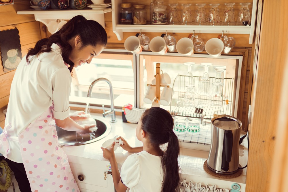 Ibu, Ini Manfaat Mengajari Anak Pekerjaan Rumah Tangga