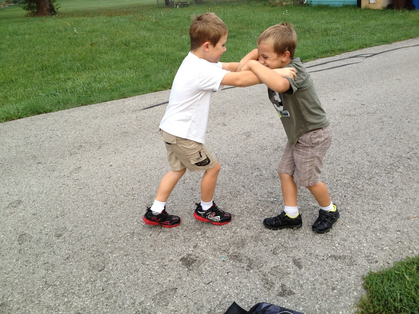 Penyebab Anak Jadi Suka Memukul Temannya