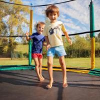Agar Aman Bermain Trampolin, Ibu Bisa Terapkan Aturan Ini