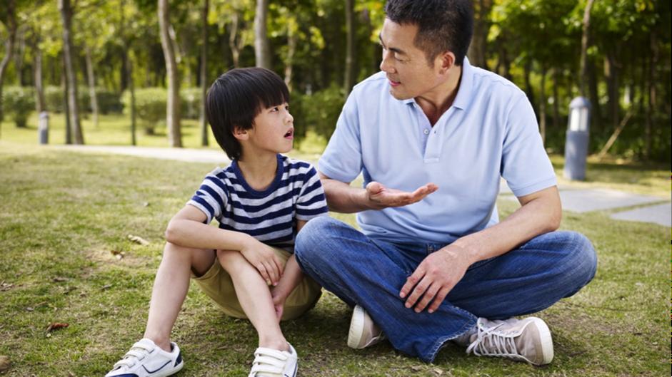 Saat Anak Suka Mengadu, Ini Yang Harus Ayah Lakukan