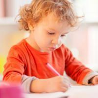 Apakah Boleh Moms Mengerjakan Tugas Sekolah Si Kecil?