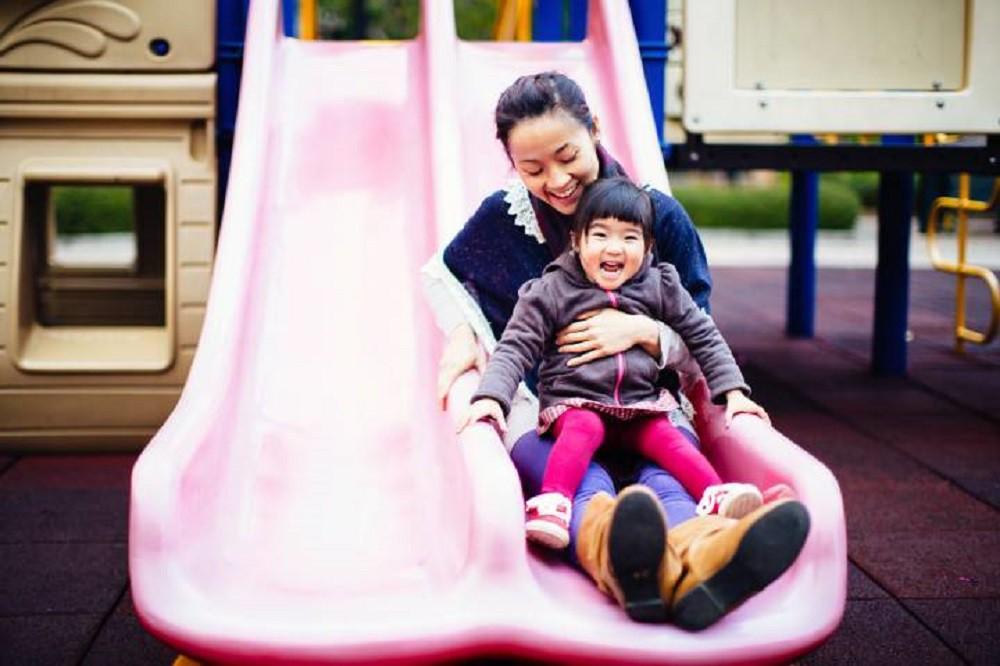 Moms, Bermain Perosotan Sambil Memangku Si Kecil Ternyata Berbahaya Lho!