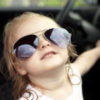 Amankah Si Kecil Dibiarkan Duduk di Kursi Depan Mobil?